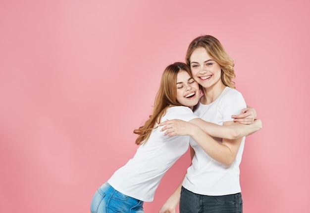 Twee vrouwen modieuze kleren vriendschap