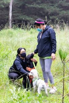 Twee vrouwen rusten met hun honden