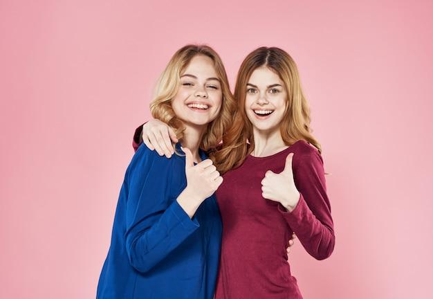 Twee vrouwen socialiseren vriendinnen lifestyle studio roze.
