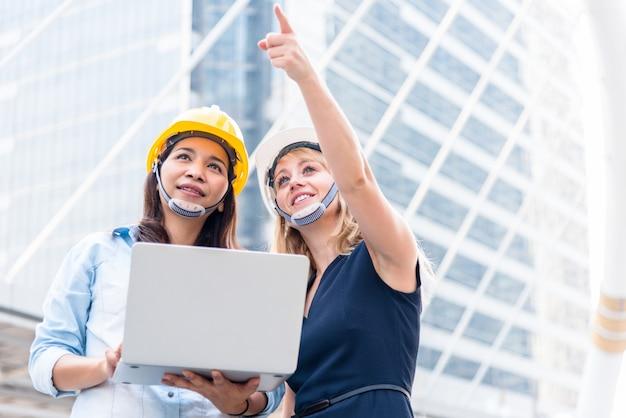 Twee vrouwen techniekonderzoek voor opstarten en lancering van nieuw project