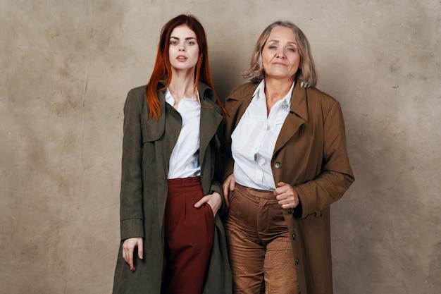 Twee vrouwen van verschillende leeftijden in vergelijkbare kleding
