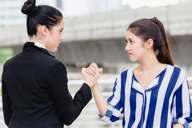 Twee vrouwen vechten. boos bedrijfsproblemen op het werk concept