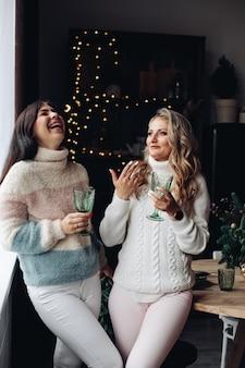 Twee vrouwen vieren nieuwjaar.