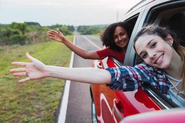 Twee vrouwen voor het raam van een auto.