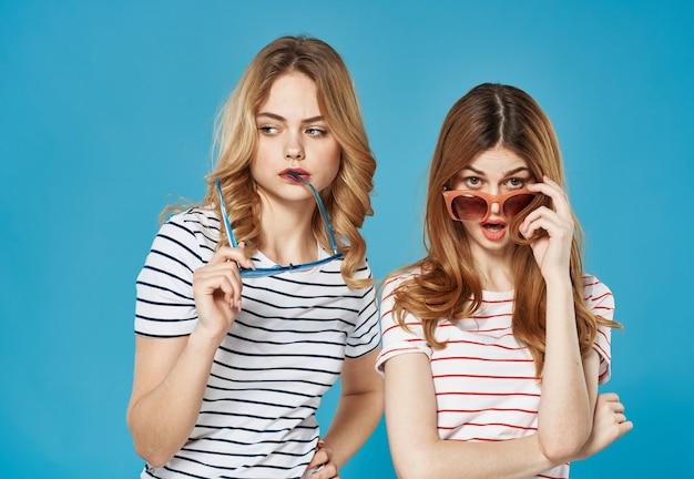 Twee vrouwen vriendinnen gemeenschap moda studio luxe bijgesneden weergave. hoge kwaliteit foto