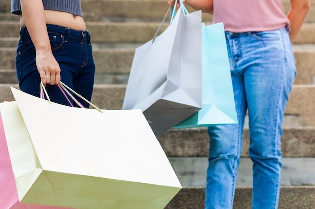 Twee vrouwen winkelen gelukkig