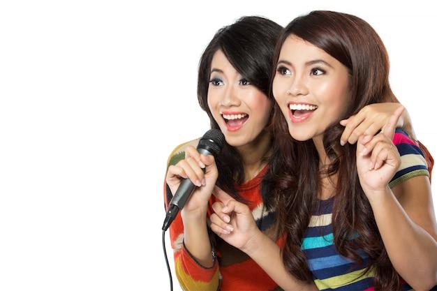 Twee vrouwen zingen