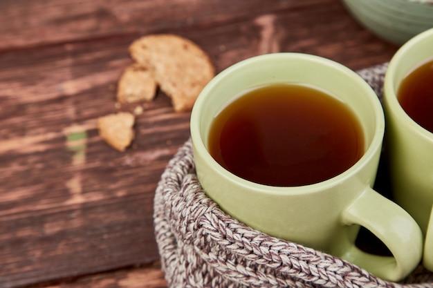Twee warme kopjes thee, herfstbladeren.