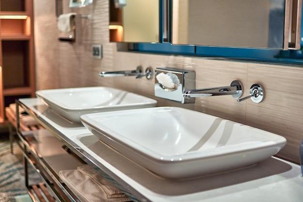 Twee wastafels in de badkamer van een hotelkamer