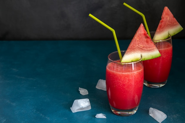 Twee watermeloen smoothies in een transparant glas