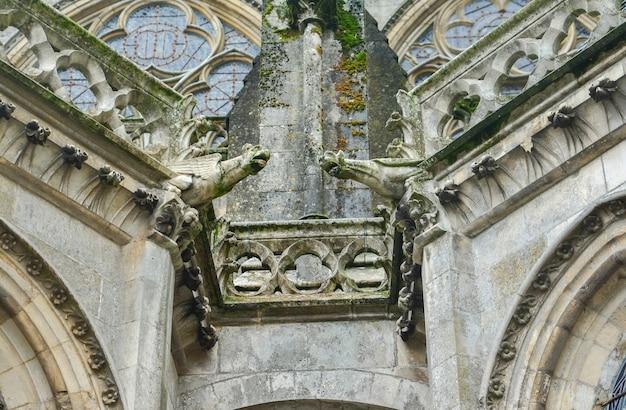 Twee waterspuwers op de muren van een kathedraal van saint julien in le mans, frankrijk