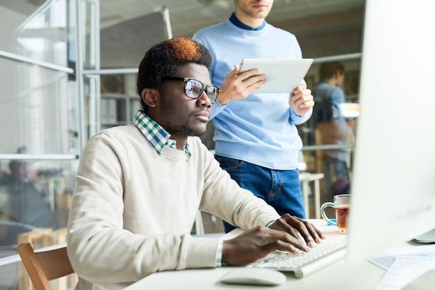 Twee webontwikkelaars die aan code werken