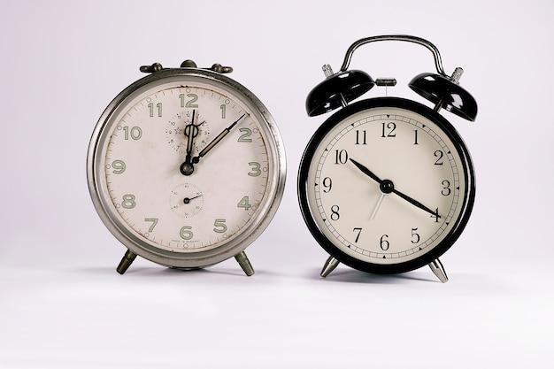 Twee wekker retro en vintage klassiek ontwerp op witte achtergrond