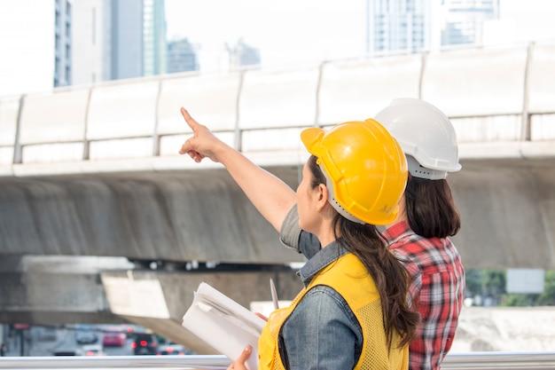 Twee werkende vrouw werkt samen bij bouwwerf