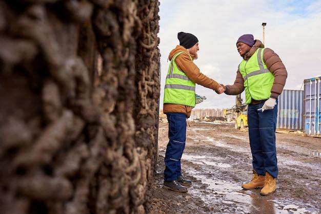 Twee werknemers handen schudden