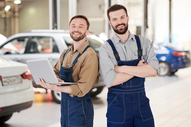 Twee werknemers in car service