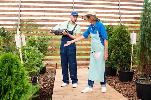 Twee werknemers in de tuin