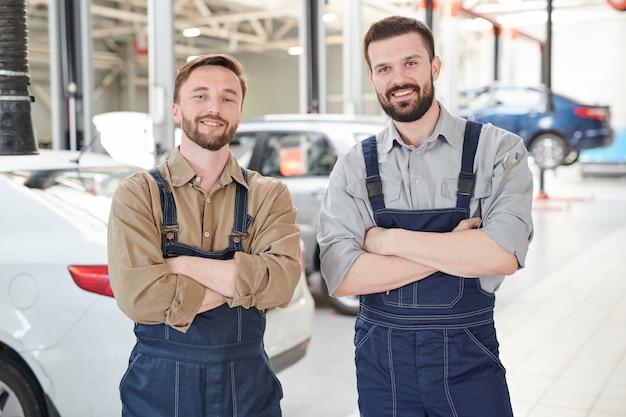 Twee werknemers poseren in car service