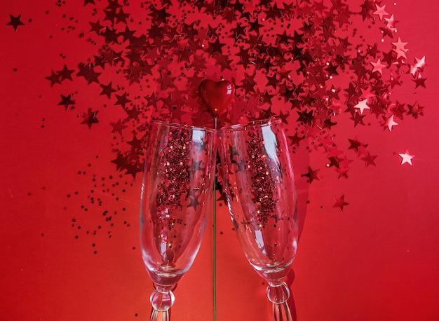 Twee wijnglazen met rode confetti en een hartje