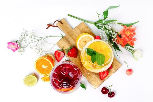 Twee wijnglazen met zomerfruit en bessencocktails