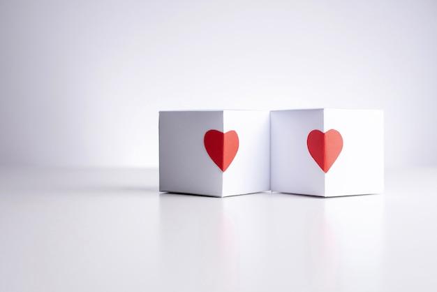Twee witte dozen met rode harten.
