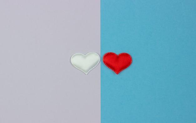 Twee witte en rode harten aan twee kanten van de achtergrond.