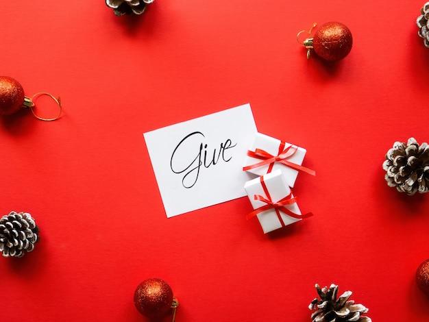 Twee witte geschenkdozen nota met bericht en kerstversiering