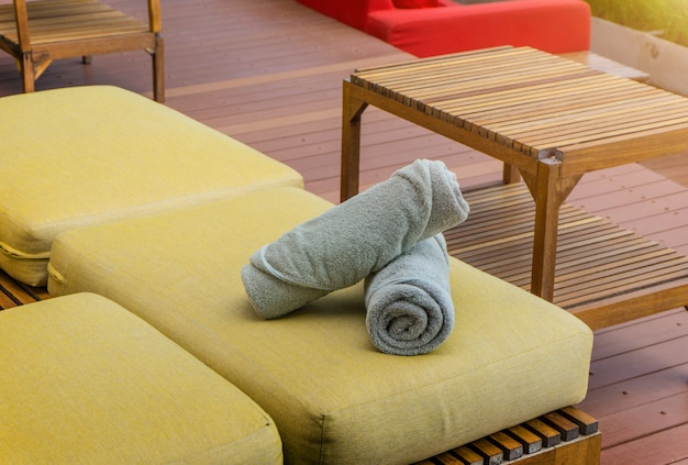 Twee witte handdoeken liggen op strandstoelen