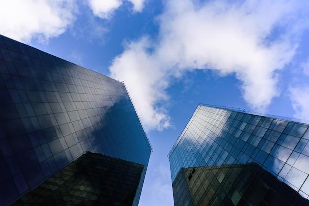 Twee wolkenkrabbers van onderen