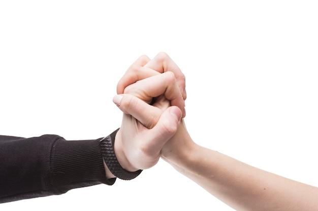 Twee worstelende handen