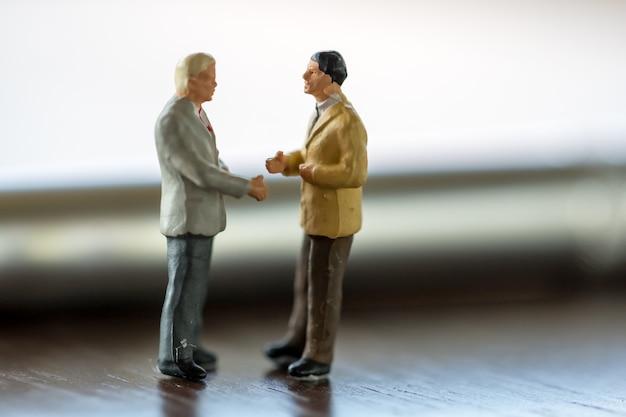 Twee zaken man, opslaan en financieren van concepten
