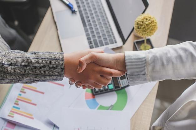 Twee zaken vrouw hand schudden op kantoor
