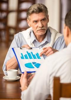 Twee zakenlieden bespreken belangrijk project.