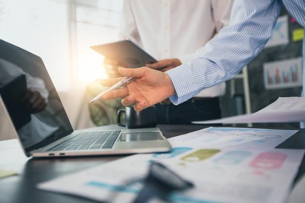 Twee zakenlieden die financiële zaken plannen en analyseren
