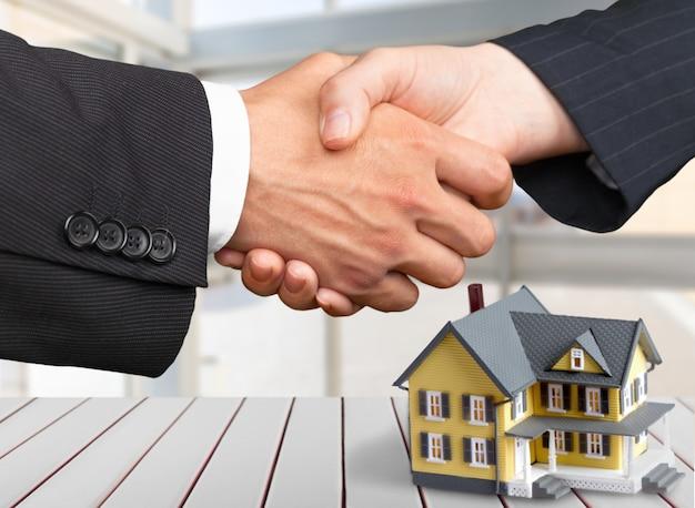 Twee zakenlieden die handen schudden - welkom bij het bedrijfsleven
