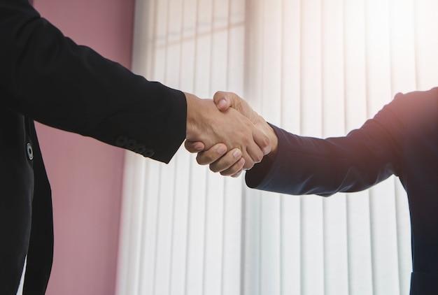 Twee zakenlieden een overeenkomst bereiken en handdruk maken