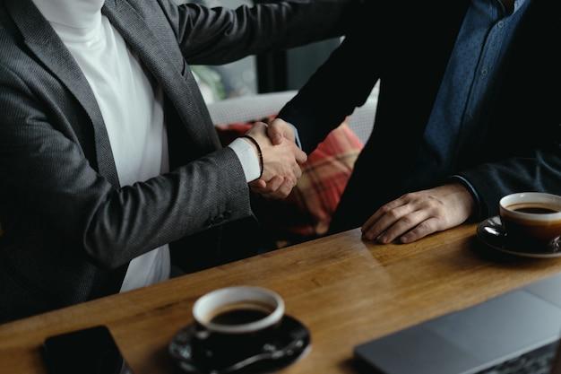 Twee zakenlieden handen schudden als teken van overeenkomst