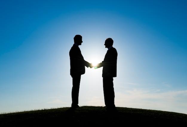 Twee zakenlieden handshaked voor overeenstemming
