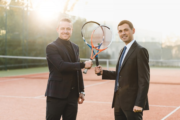 Twee zakenlieden klaar om te concurreren