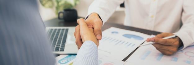 Twee zakenlieden schudden elkaar de hand