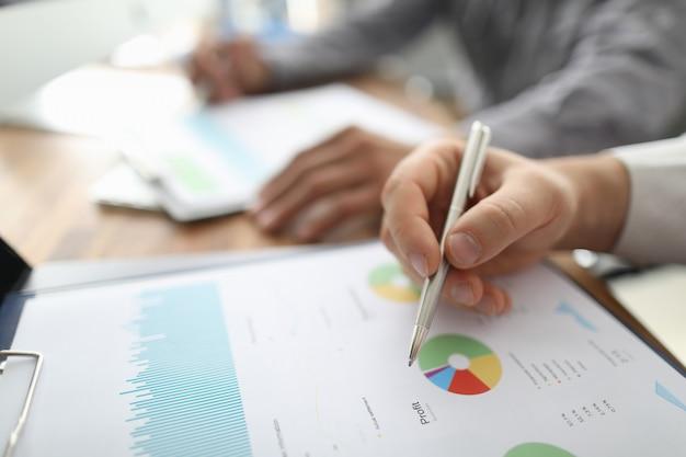 Twee zakenmangreep in wapens financiële documenten