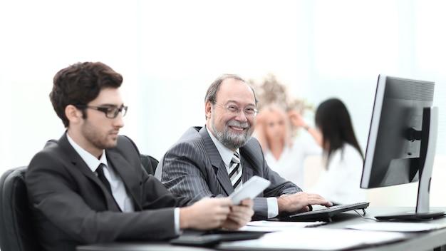 Twee zakenmensen die in de office.photo werken met kopieerruimte
