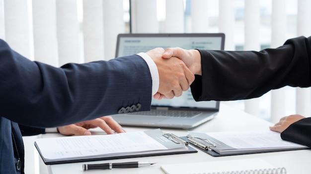 Twee zakenmensen handen schudden na succesvolle onderhandelingen