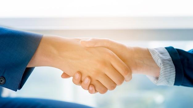 Twee zakenmensen handen schudden