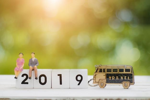 Twee zakenmensen modeleren praten en plannen om te reizen in 2019