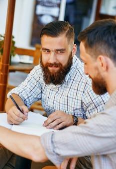 Twee zakenmensen werken aan een contract