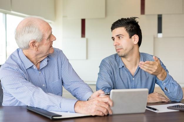 Twee zakenpartners bespreken werkproblemen