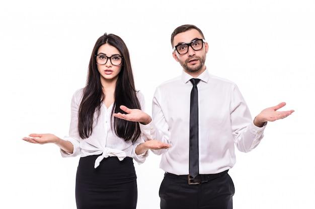 Twee zakenpartners in zwarte pakken, knappe man en mooie vrouw geschokt weten niet wat ze moeten doen, geïsoleerd op witte achtergrond