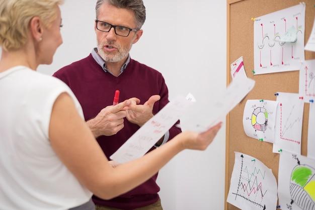 Twee zakenpartners leggen belangrijke documenten vast
