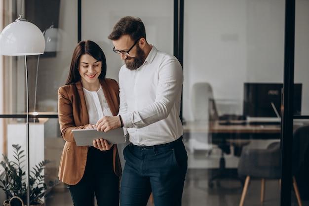Twee zakenpartners werken in kantoor